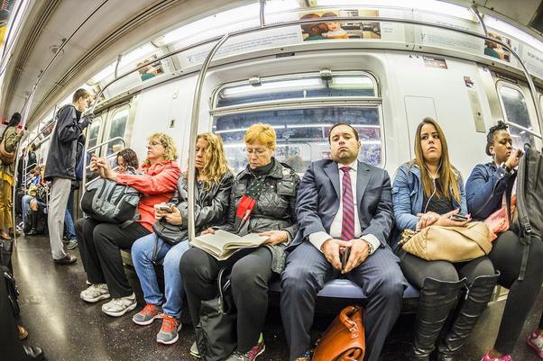 Gente sentada en el metro