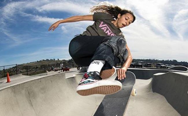Adolescente en un Skate