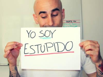"""una persona con un cartel que dice """"soy estúpido""""."""