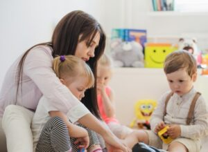 chica con niños en una guardería