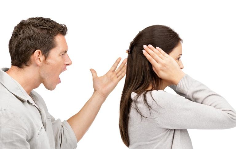 Hombre chillando a una mujer